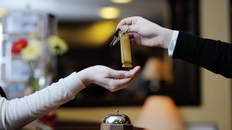 Photo of دختران مجرد پشت در هتلهای ایران نمیمانند