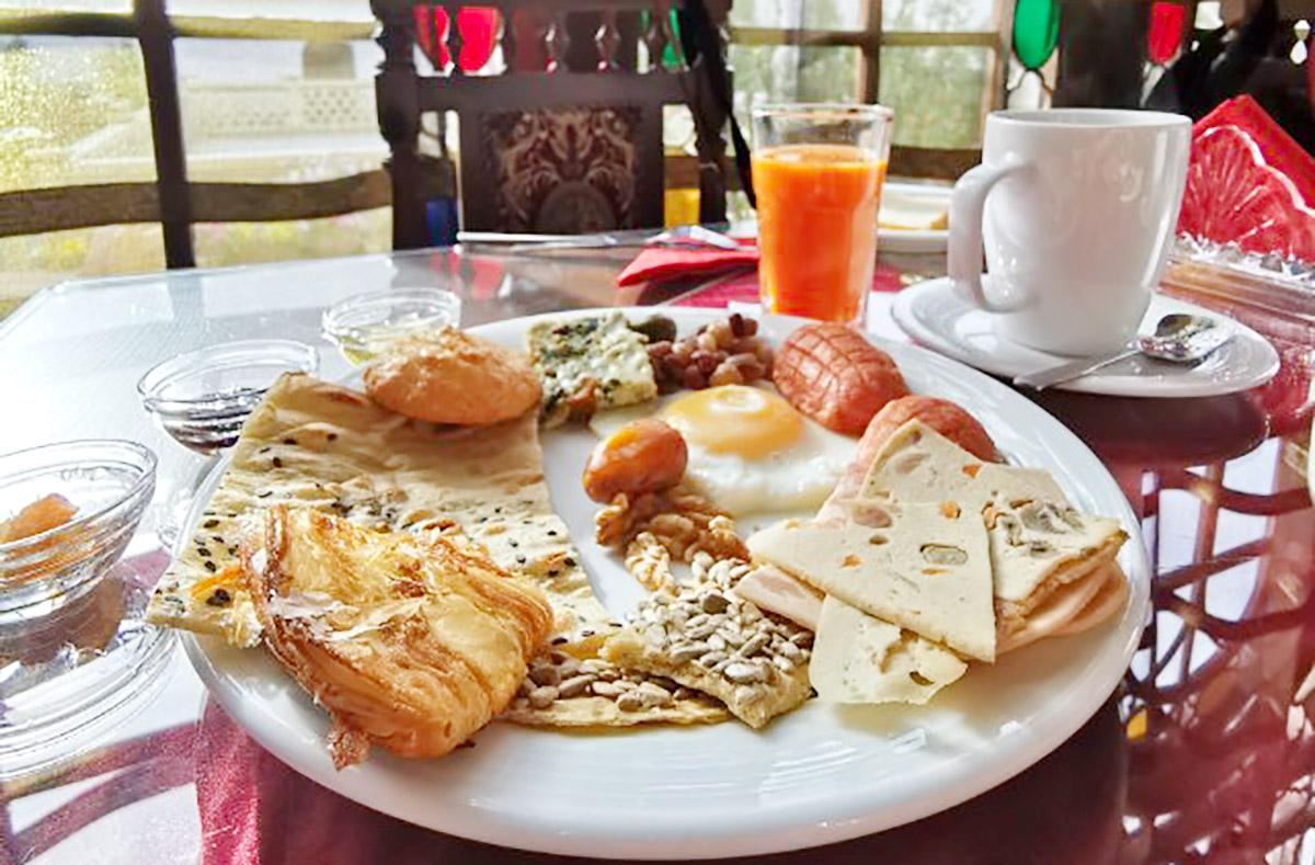 صبحانه در اقامتگاه بومگردی